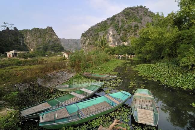 Barche nella regione di Tam Coc a Ninh Binh di asciutto Halong Bay, Vietnam, sud-est asiatico, Asia — Foto stock