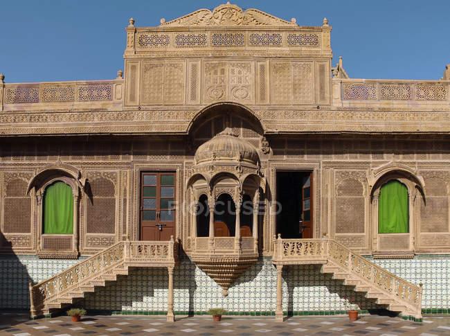 Ingresso del Museo in facciata in arenaria ornato, Mandir Palace, Jaisalmer, Rajasthan, India — Foto stock