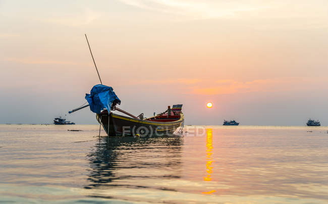 Bateau à longue queue en mer au coucher du soleil avec les vaisseaux, Golfe de Thaïlande, Koh Tao island, Thaïlande, Asie — Photo de stock