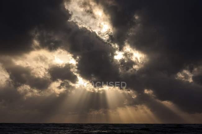 Rayos de luz en las nubes oscuras sobre el mar, Beruwela, provincia occidental, Sri Lanka, Asia - foto de stock