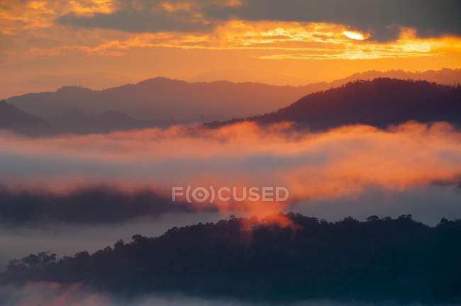 Sunrise and fog in valley, Tha Ton in Thailand, Asia — Stock Photo