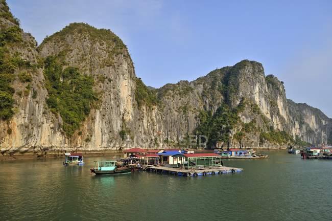 Villaggio galleggiante nella baia di Halong, Vietnam, sud-est asiatico, Asia — Foto stock