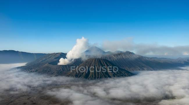 Smoking volcano Gunung Bromo in Bromo Tengger Semeru National Park, Indonesia, Asia — Photo de stock