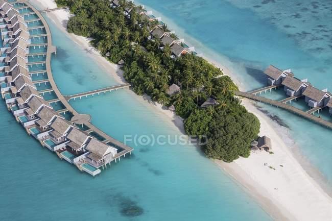 Хатин і пальмами тропічний острів вдаватися, Арі-Атолл, Мальдіви — стокове фото