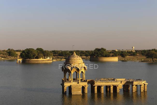 Pavillon avec Ghat sur Gadisar lac Gadi Sagar, Jaisalmer, Rajasthan, Inde, Asie — Photo de stock