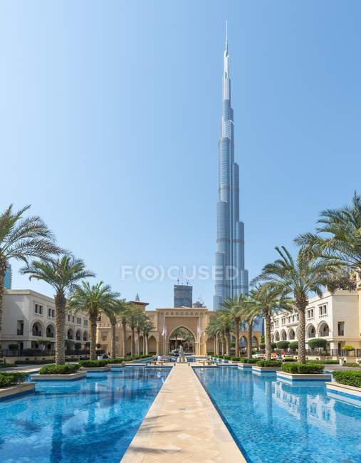 Palace city hotel and fountains with Burj Khalifa, Dubai, United Arab Emirates, Asia — Stock Photo
