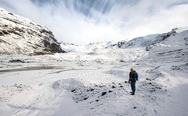 Young female hiker on Skaftafellsjokull Glacier, Vatnajokull National Park, Iceland. — Stockfoto