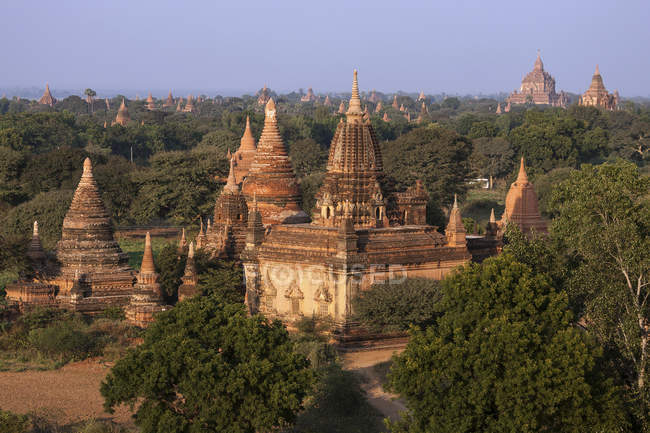 Pagoden und Tempel im Wald von Bagan, Mandalay Region, Myanmar, Asien — Stockfoto