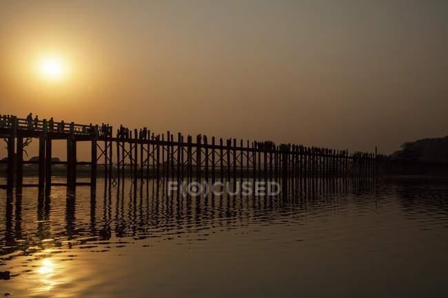 Sunset over U Bein Bridge, Taungthaman Lake, Amarapura, Myanmar, Asia — Stock Photo