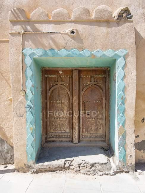 Оформлені двері грязьових будинок, Ibra, Омані, Азії — стокове фото