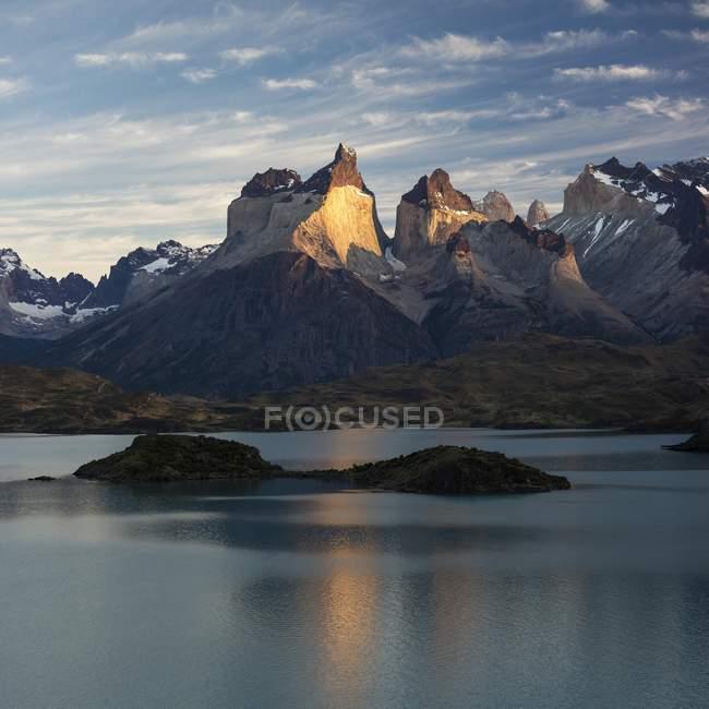 Massiccio montuoso Cuernos del Paine ad alba con glaciale lago Lago Pehoe, Parco Nazionale Torres del Paine, Cile, Sud America — Foto stock