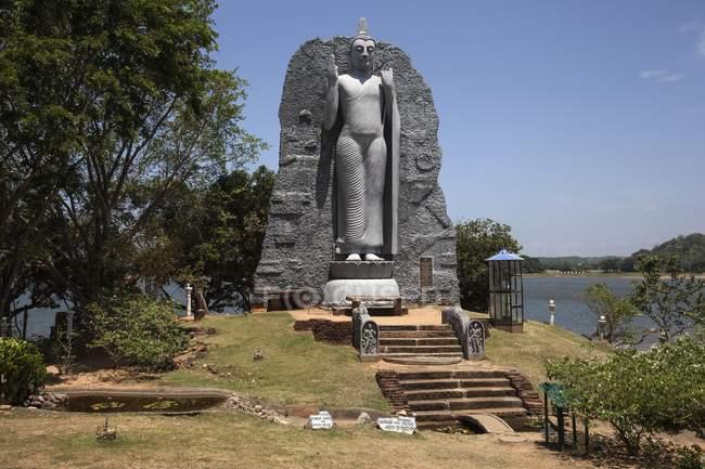Commandes statue de Bouddha à lakeside, Minneriya, Sri Lanka, Asie — Photo de stock