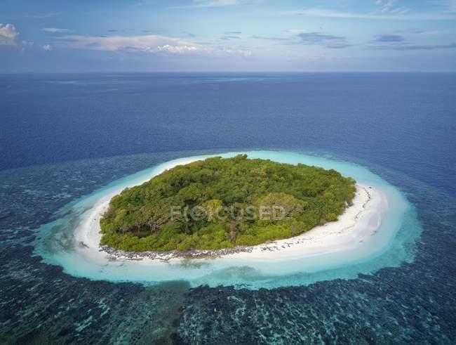 Необитаемый остров зеленый с кустарниками и песчаный пляж, Ари Атолл, Мальдивы — стоковое фото