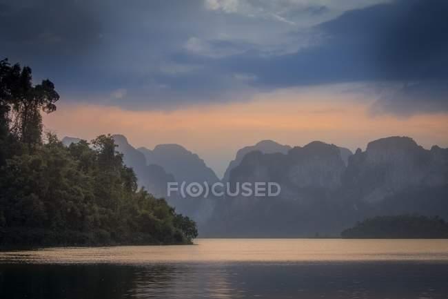 Ratchaprapha lago pintoresco ambiente en el Parque Nacional de Khao Sok, Tailandia, Asia - foto de stock
