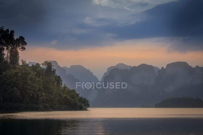 Ratchaprapha Lake with scenic atmosphere in Khao Sok National Park, Thailand, Asia — Stock Photo