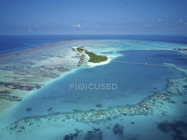 Роскошный курорт на острове с коралловым рифам, Rangalifinolhu, Ари Атолл, Мальдивы — стоковое фото