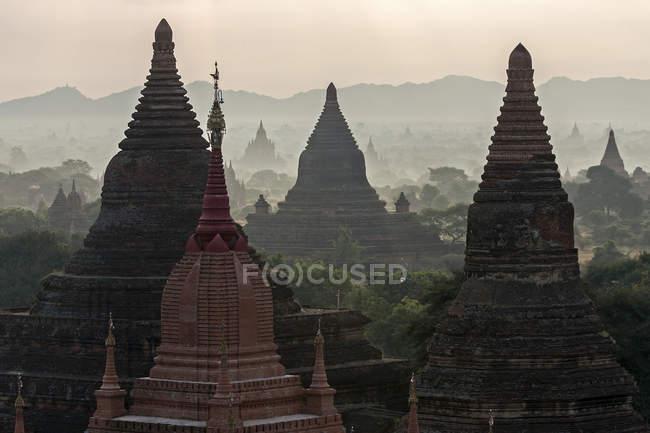 Pagodes et temples au lever du soleil à Bagan, Mandalay région, Myanmar, Asie — Photo de stock