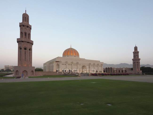 Scenic building of Sultan Qaboos Grand Mosque with minarets in Muscat, Oman, Asia — Stock Photo