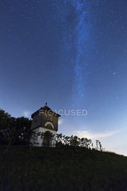 Cielo estrellado con manera lechosa en el mirador de Rebkap en Langenrain, Alemania, Europa - foto de stock