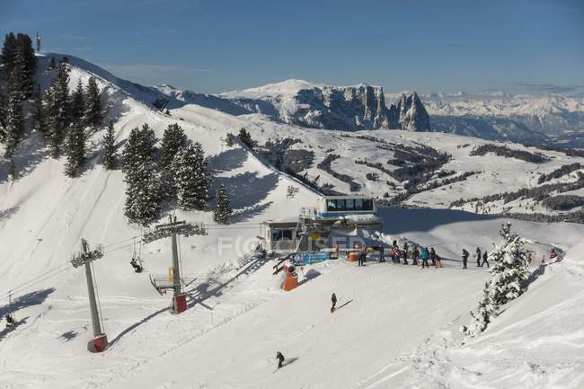 Vista de alto ângulo de carros de cabo Ciampinoi da área de esqui Sella Ronda, Tirol do Sul, Alto Adige, Italy, Europa — Fotografia de Stock