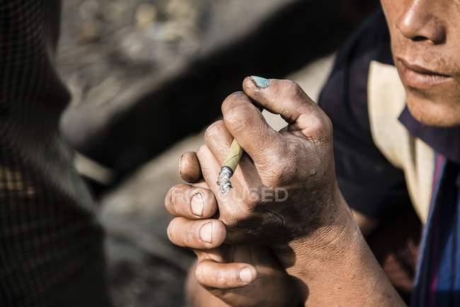 Nahaufnahme von lokalen Mann Rauchen Cheroot Zigarre, Nampan, Inle-See, Myanmar, Asien — Stockfoto