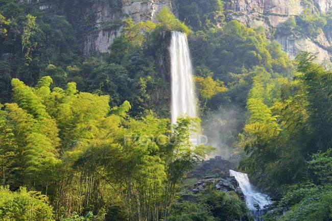 Cascata sul lago Baofeng Wulingyuan, Parco nazionale di Zhangjiajie, Cina, Asia — Foto stock