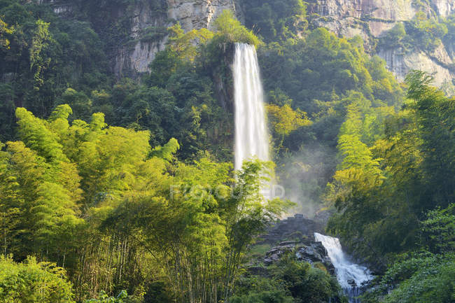 Chute d'eau sur le lac de Baofeng Wulingyuan, Parc National de Zhangjiajie, Chine, Asie — Photo de stock