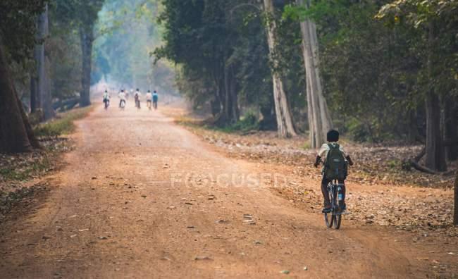 Criança local, andar de bicicleta no Parque Arqueológico de Angkor, no Camboja, Ásia — Fotografia de Stock