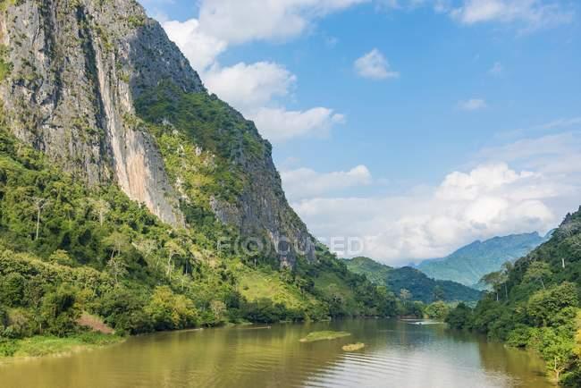 Montagne carsiche sul fiume Nam Ou a Nong Khiaw, Laos, Asia — Foto stock