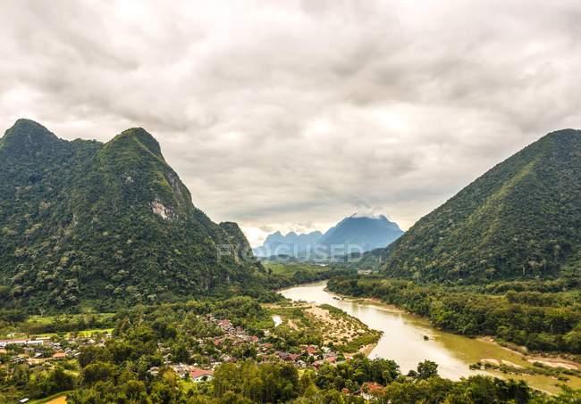 Boscose montagne carsiche con Nam Ou fiume a Nong Khiaw, Luang Prabang Province, Laos, Asia — Foto stock