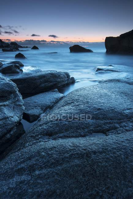 Sunset mood on fjord rocky shore, Uttakleiv, Vestvagoy, Lofoten, Norway, Europe — Stock Photo