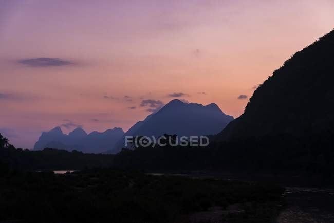 Montagne carsiche con foresta tropicale al tramonto a Nong Khiaw, Laos, Asia — Foto stock
