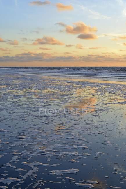 Puesta escénica en el mar del norte, Baja Sajonia, Alemania, Europa - foto de stock
