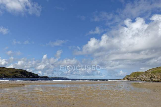 Bucht mit Sandstrand bei Ebbe am Bettyhill Dorf in Schottland, Großbritannien — Stockfoto