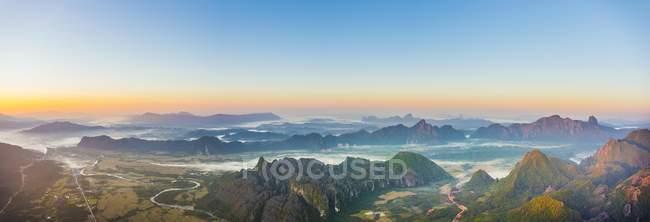 Panorama delle montagne nebbiose Carso presso Alba, Vang Vieng, Laos, Asia — Foto stock