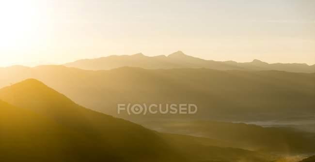 Montagne carsiche a morbida luce dell'alba, Vang Vieng, Vientiane, Laos, Asia — Foto stock