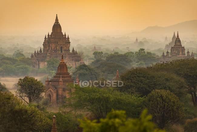Anciens temples et pagodes en soirée légères, Bagan, Birmanie, Asie — Photo de stock