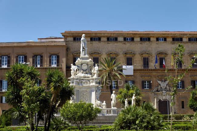 Palazzo dei Normanni e re monumento a Palermo, Sicilia, Italia — Foto stock