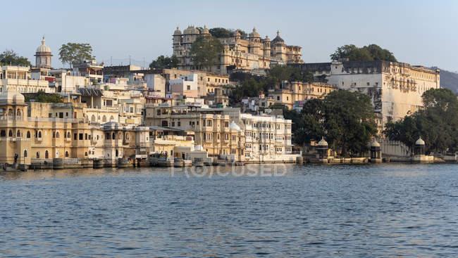 Palais de la ville sur la rive du lac Udaipur, Rajasthan, Inde, Asie — Photo de stock