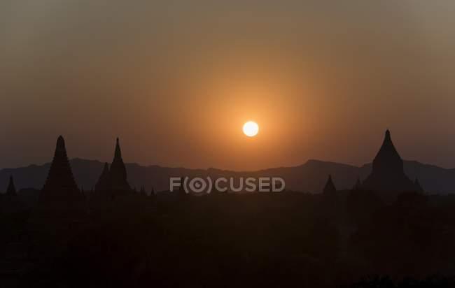 Puesta de sol sobre pagodas de Bagan, Myanmar, Asia - foto de stock