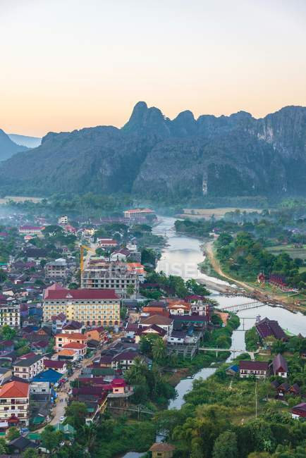 Paesaggio urbano con le montagne Carso e fiume Nam Song Vang Vieng, Laos, Asia — Foto stock