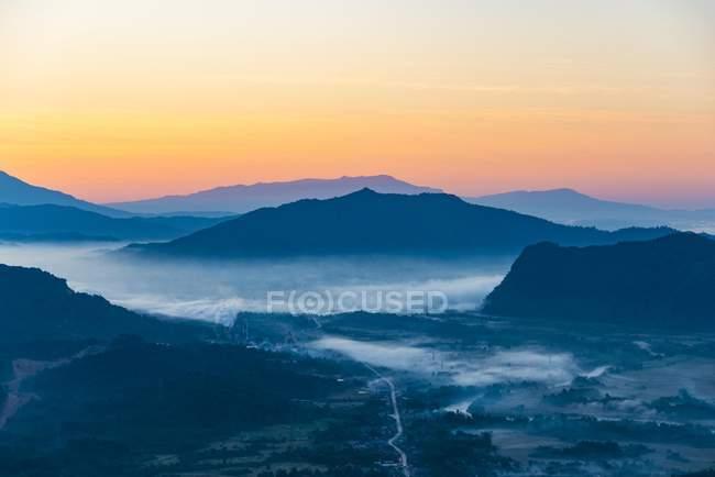 Paesaggio della montagna carsica ad alba, Vang Vieng, Vientiane, Laos, Asia — Foto stock