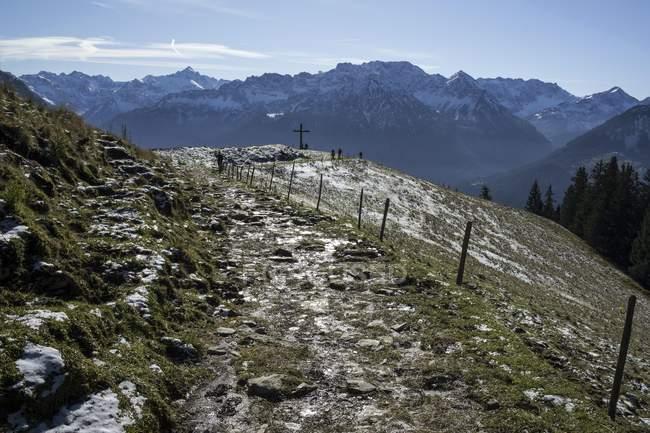 Wanderweg im verschneiten Allgäu Alpen in Oberjoch Dorf, Bayern, Deutschland — Stockfoto