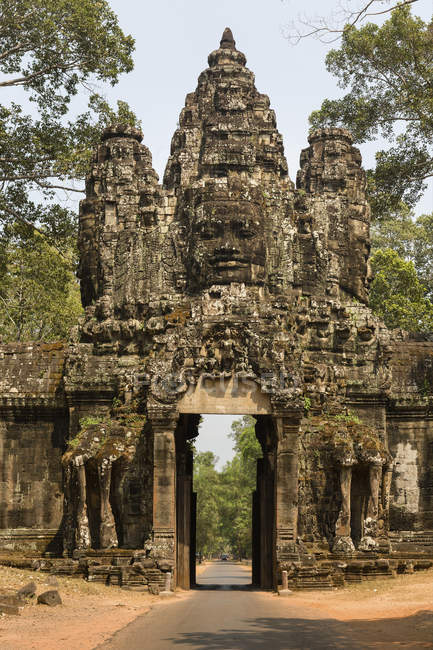 Victory Gate Avalokiteshvara tower in Angkor Thom, Siem Reap, Cambodia, Asia — Stock Photo
