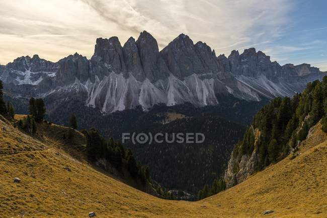 Berglandschaft mit Spitzenwerten von Geisler Gruppe im Herbst, Südtirol, Italien, Europa — Stockfoto