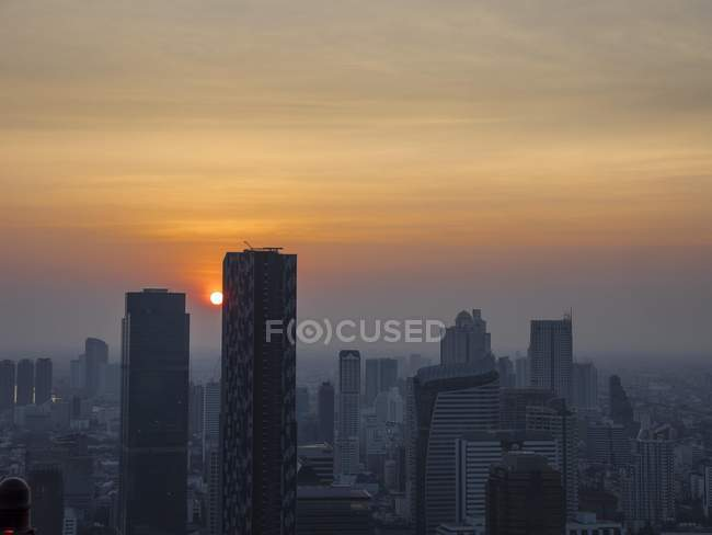 Rascacielos en el horizonte al atardecer, Bangkok, Tailandia, Asia - foto de stock