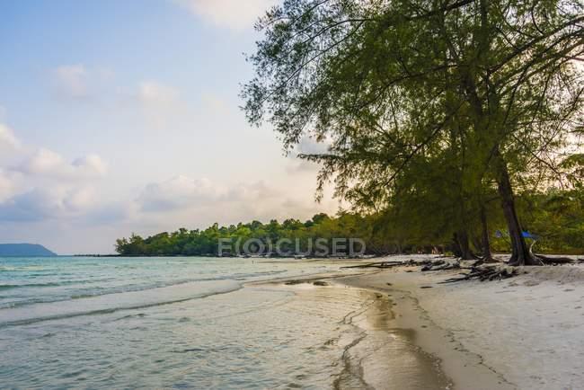 Идиллический пляж песчаный с бирюзовой водой на Кох Tui Бич, Сиануквиль, Камбоджа, Азия — стоковое фото
