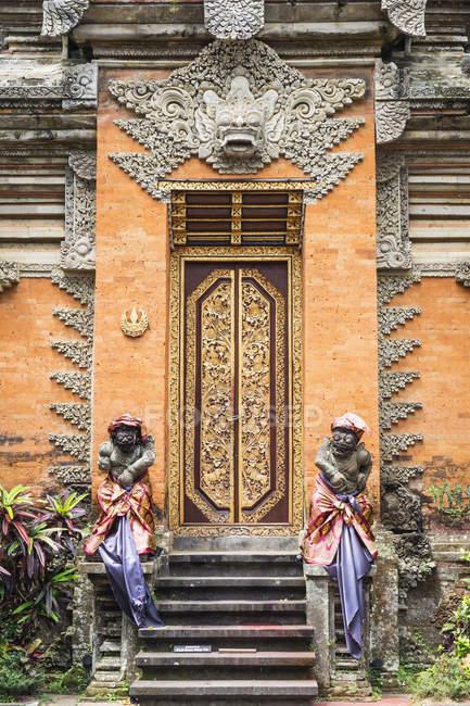 Guardian статуї на в'їзді до міста Убуд палац, Балі, Індонезія, Азії — стокове фото