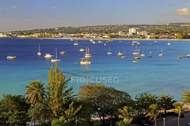 Carlisle Bay avec cityscape de Bridgetown en soirée à la lumière du soleil, Barbade, îles des Caraïbes — Photo de stock