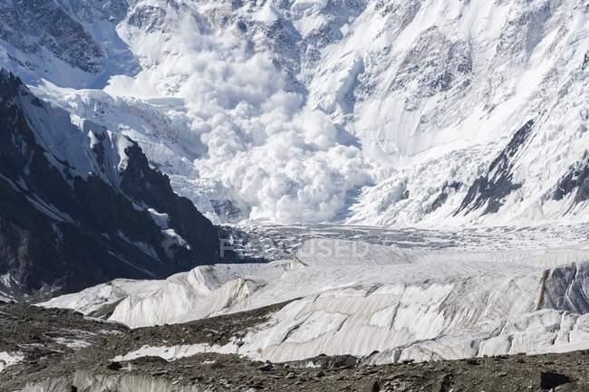 Lawine hereinkommen Pobeda-Khan Gletscher massiv des Tien Shan-Gebirge an der Grenze zu Kirgisistan und China, Asien — Stockfoto